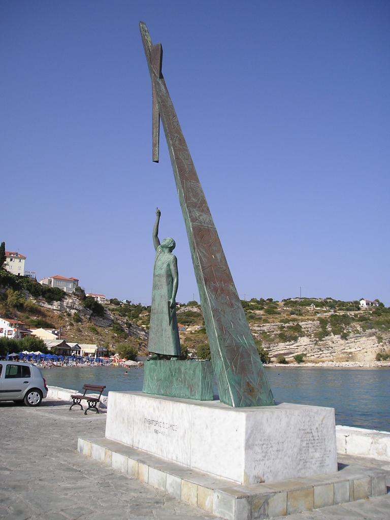 Standbeeld van Pythagoras in de haven van Pythagorio