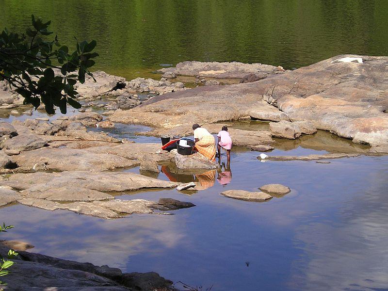 Uitzicht op de rivier en inwoonsters doen de was