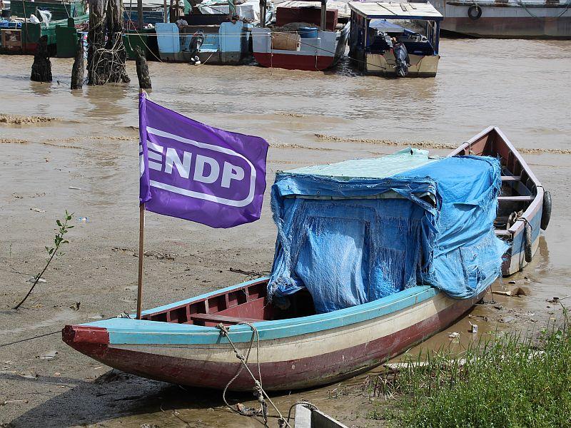 Bootje op de Surinamerivier met duidelijke politieke kleur