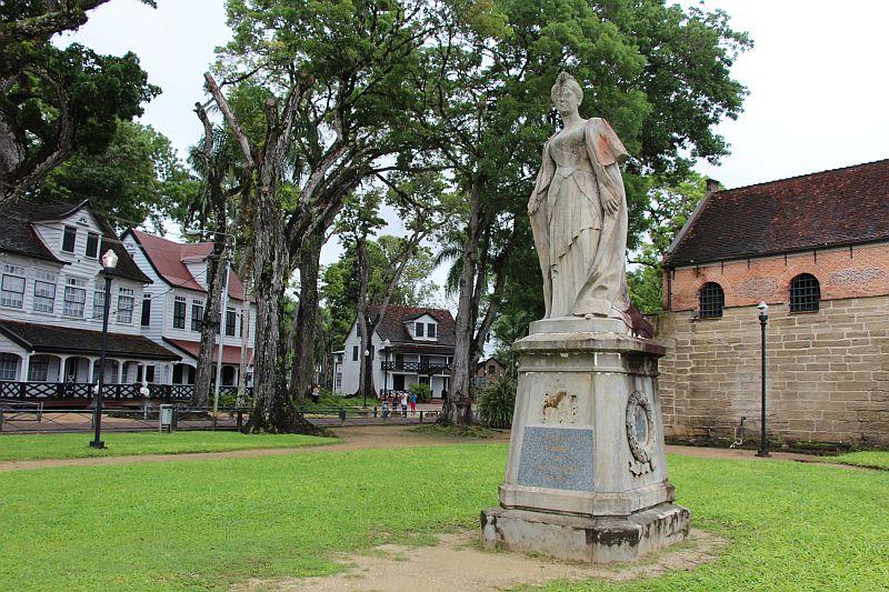 Standbeeld Koningin Wilhelmina bij Fort Zeelandia
