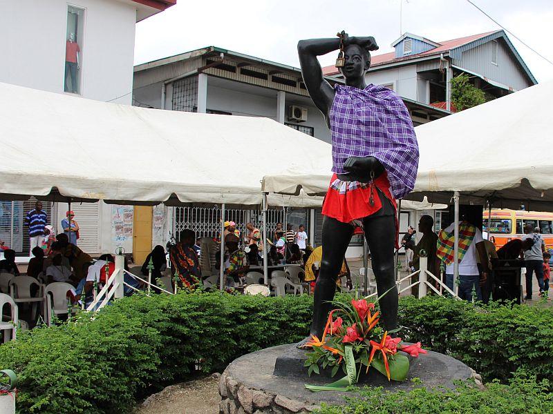 Monument op het Kwakoeplein, voor de gelegenheid aangekleed