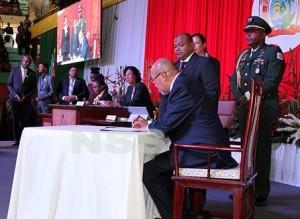 Inauguratie Bouterse - ondertekening