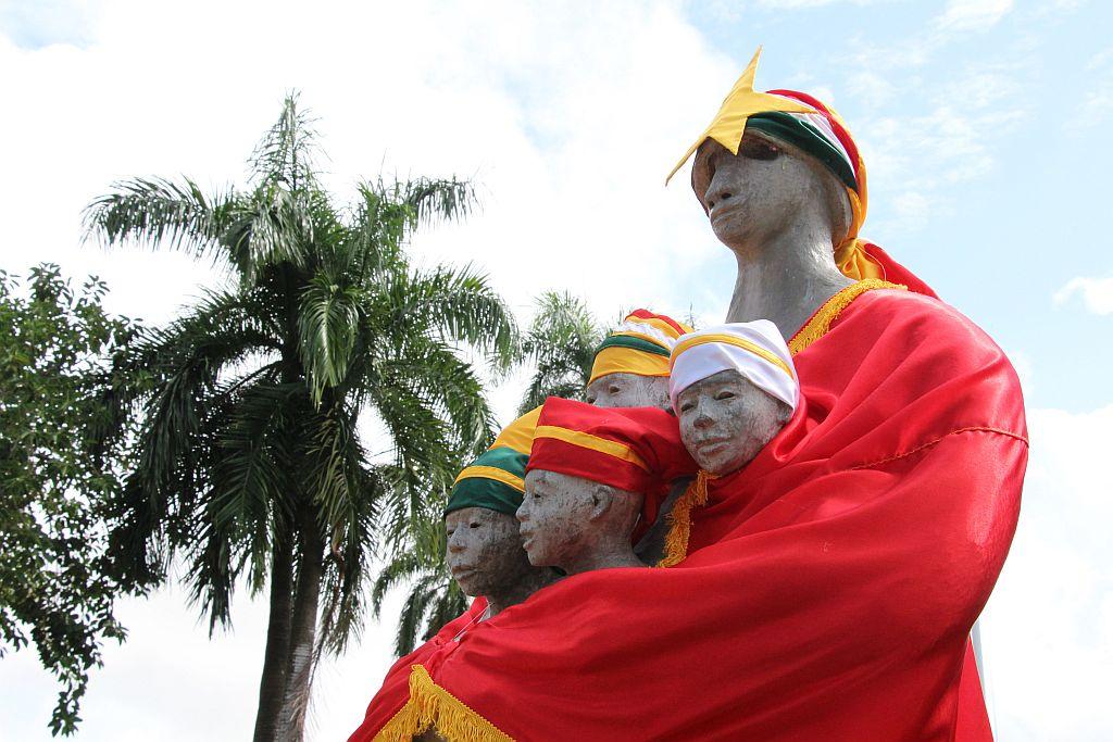 Standbeeld tegenover Kabinet van de President, gekleed in de vlagkleuren