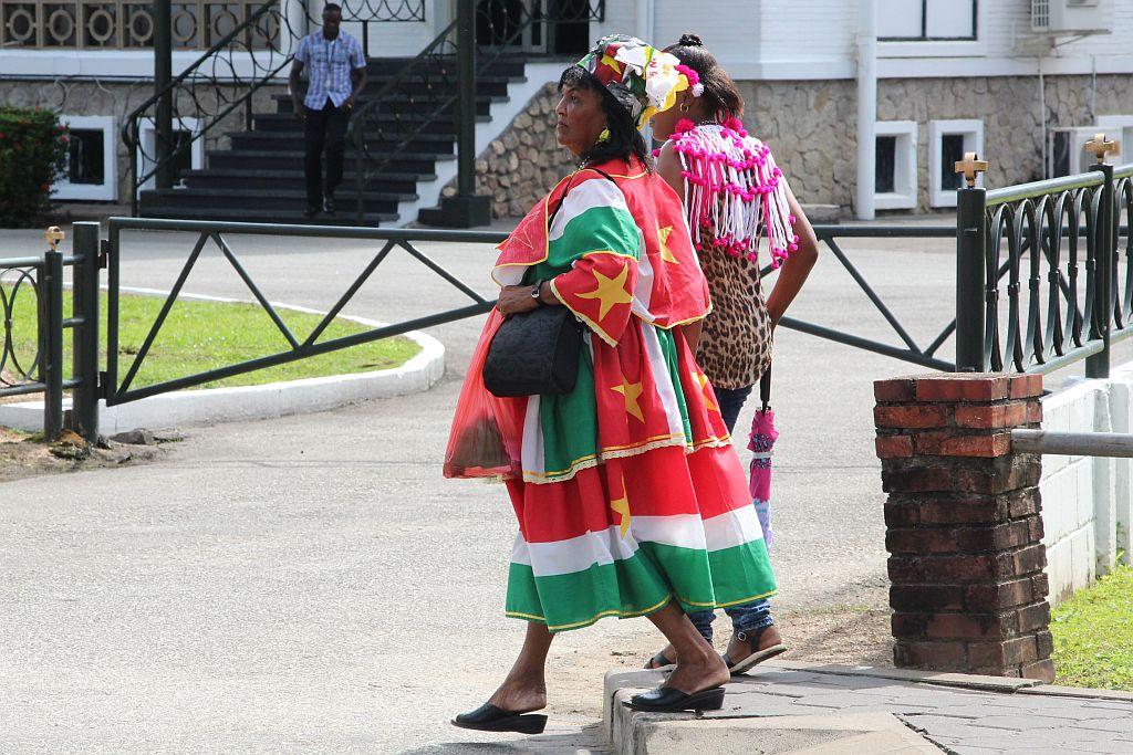 Dames op weg naar de Palmentuin