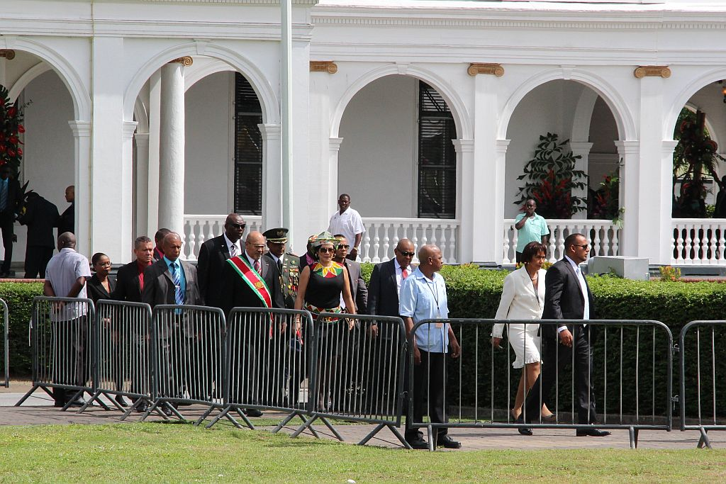 President en Vice President op weg naar onthulling gedenksteen