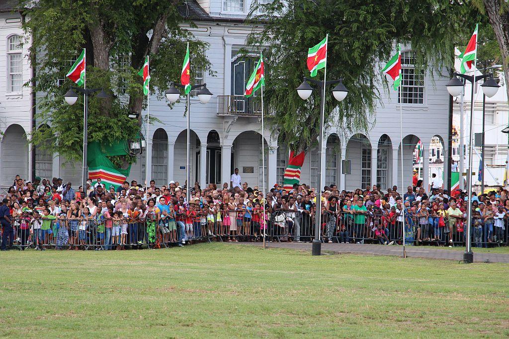 Onafhankelijkheidsplein - Parade - Publiek langs de hekken