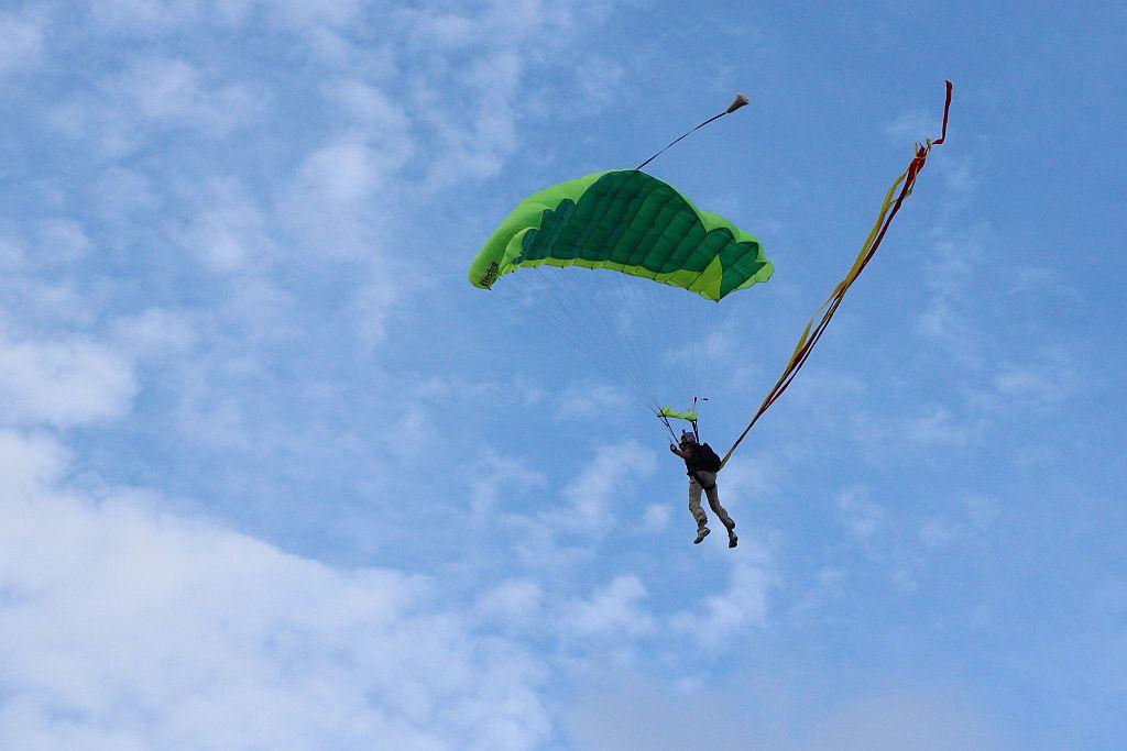 Onafhankelijkheidsplein - Parade - Parachutisten droping