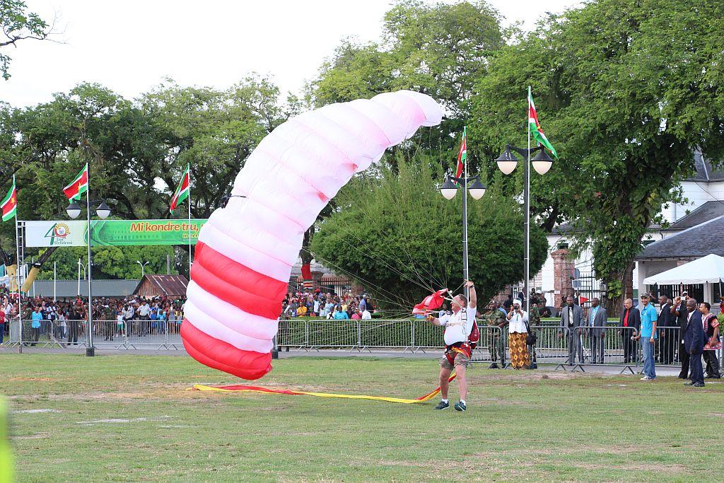 Onafhankelijkheidsplein - Landing parachutisten