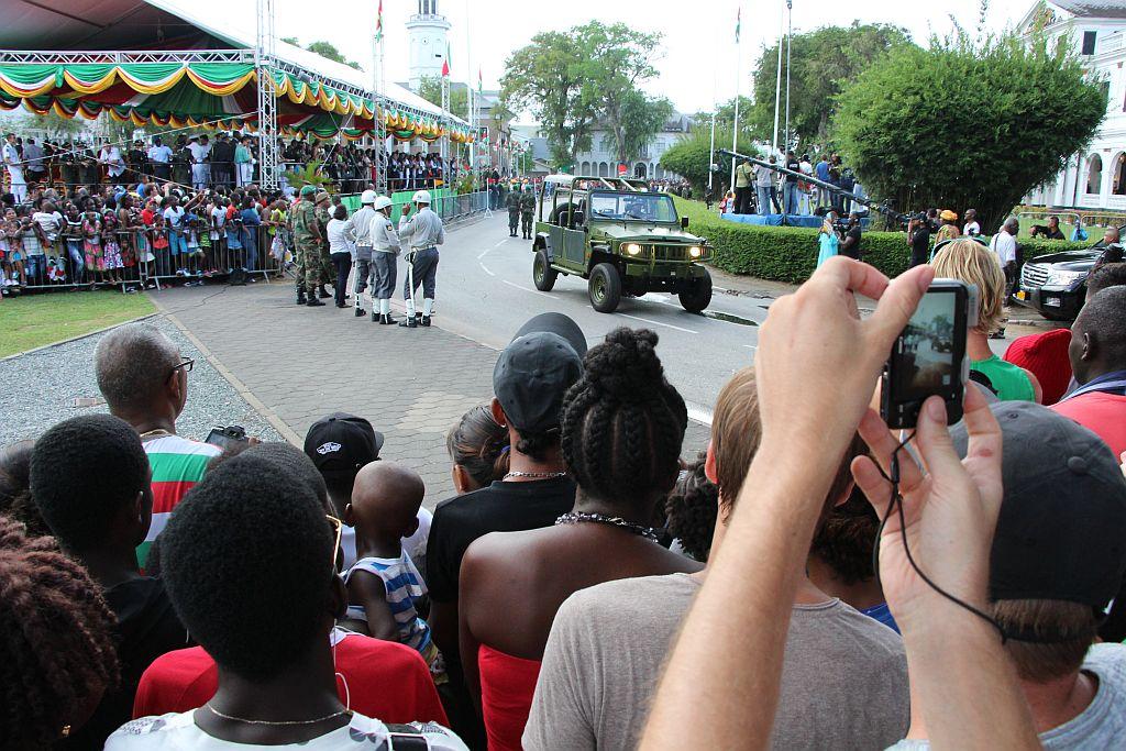 Onafhankelijkheidsplein - Defile van militaire voertuigen en muziekkorpsen