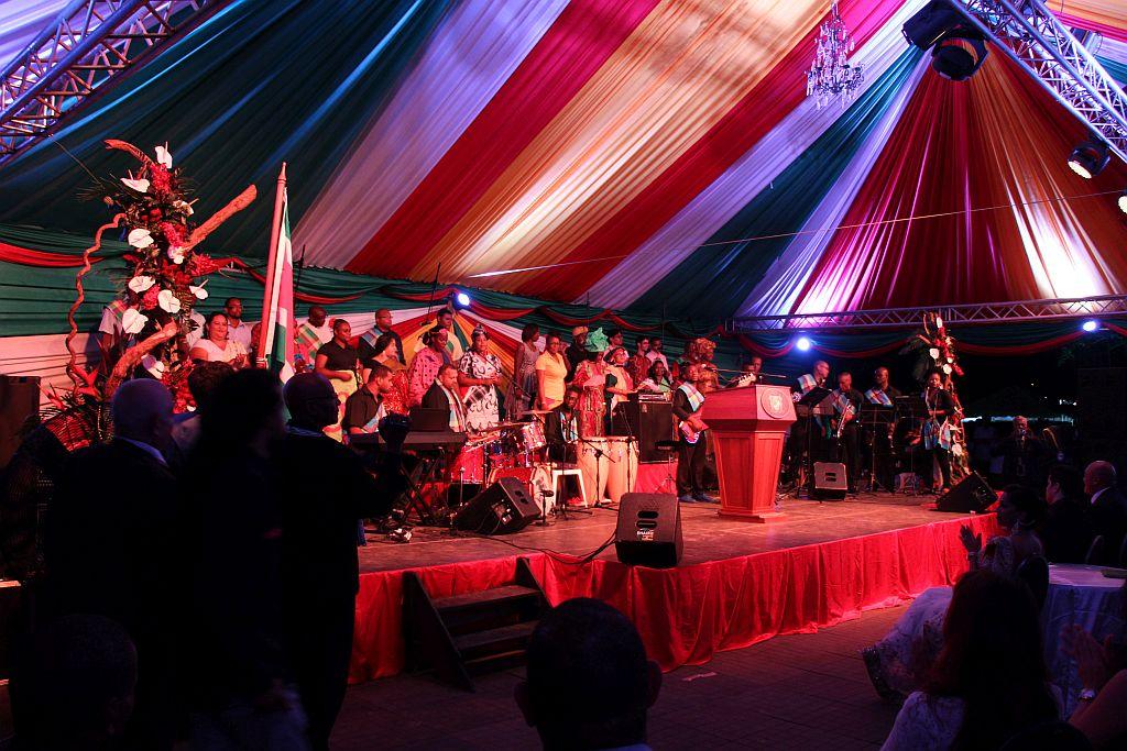 Volksreceptie in het paleis - Podium met band, koor en dirigent
