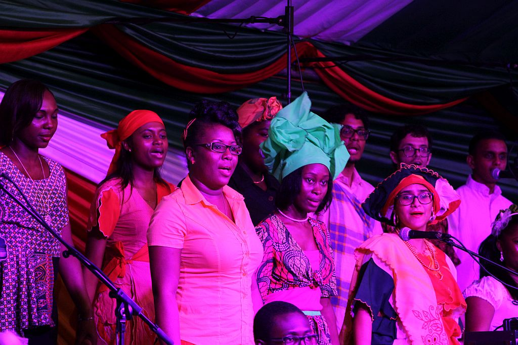Volksreceptie in het paleis - Koor op het podium