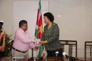 Paramaribo - Baboeram overhandiging 8 december - Starnieuws