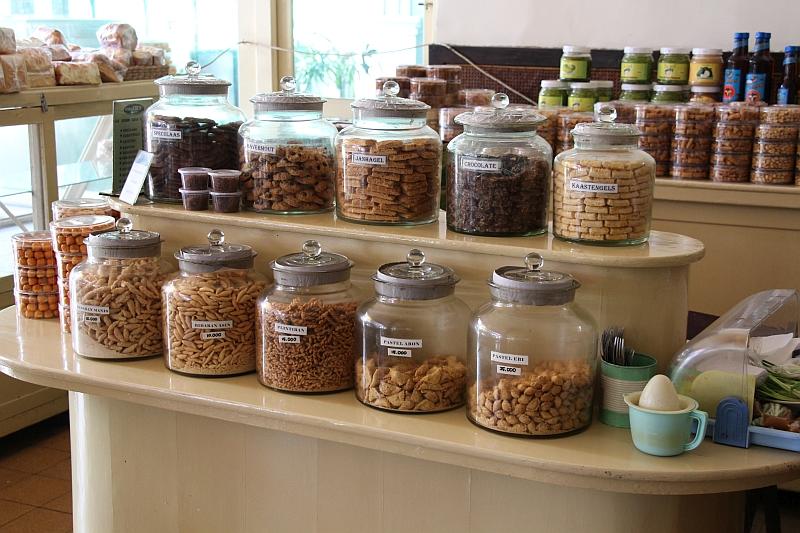 Malang - Toko Oen - Glazen potten met koek en snoep