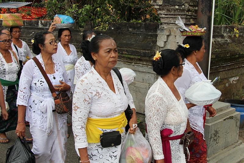 Bali - Ulun Danu Bratan tempel - Bezoeksters