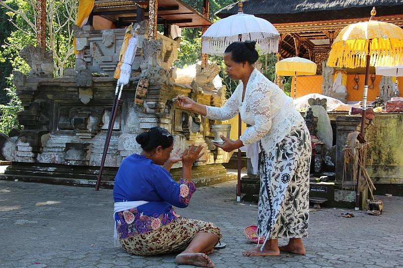 Bali - Gunung Kawi - Sprenkelen met heilig water