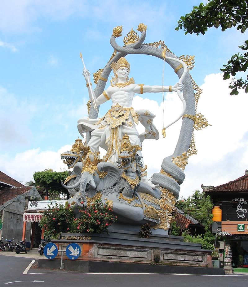 Bali - Ubud - Beeld op een rotonde