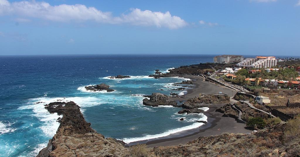Uitzicht op Los Cancajos, met de kust, stranden en de hotelcomplexen