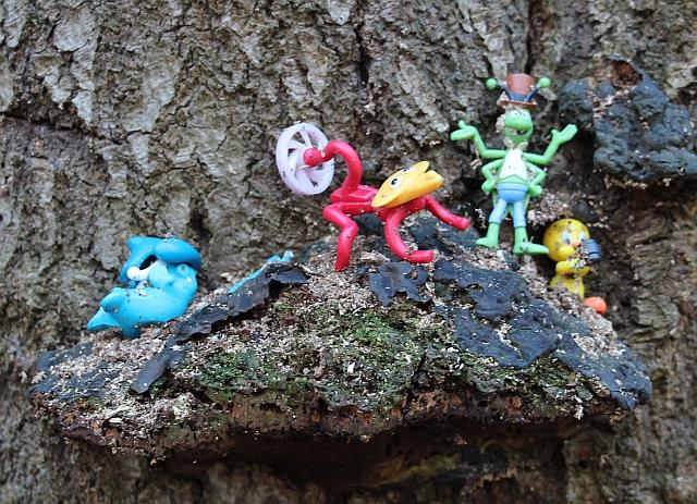 Figuren op een boom in Heumensoord